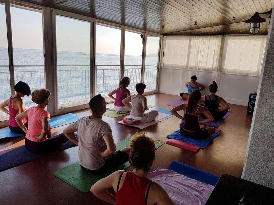 yoga in spiaggia con aperitivo vegano