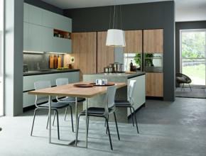 Raffinata e contemporanea la cucina in Pembroke Rovere Naturale S128 e laccato opaco Grigio TEL.4-RAL 7047.