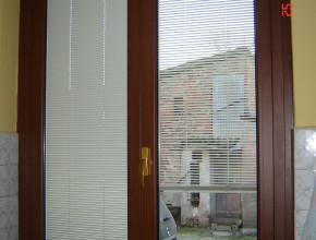 Particolare di venezianina motorizzata all'interno del vetro