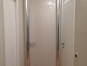 Porta interna tutta altezza LONGHI con cornice in alluminio, maniglia in marmo e pannello in vetro stratificato canapa