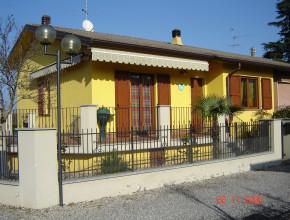 Villetta con serramenti in alluminio Metra e persiane (Massalengo)