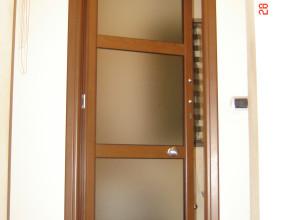 Porta interna in alluminio ciliegio e vetro satinato