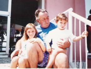 Il lupo di mare Paolo Sanguineti proprietario e leggenda degli indimenticabili anni '80. In questa foto è ritratto con i bimbi di allora diventati genitori di oggi, ancora fedeli ai BN.
