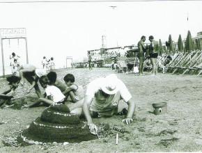 Anno 1971 -   Castelli di sabbia ai Bagni Nini e sullo sfondo la Torre del Capitano -  Un ringraziamento particolare alla famiglia Bacuzzi per la gentile concessione di questa immagine.