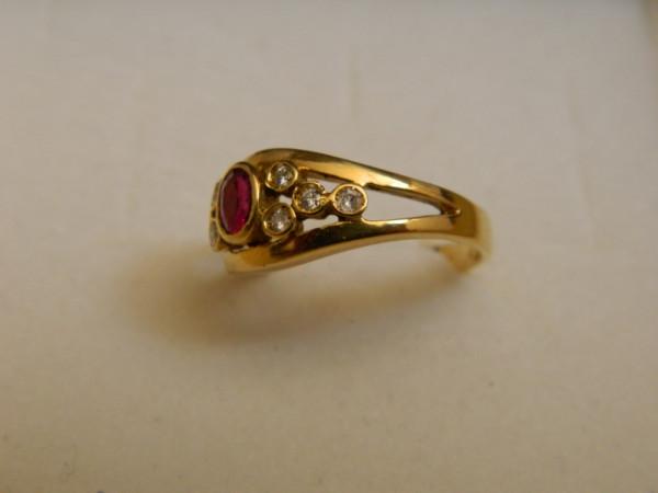 Anello con Rubino e Diamanti immagine 2